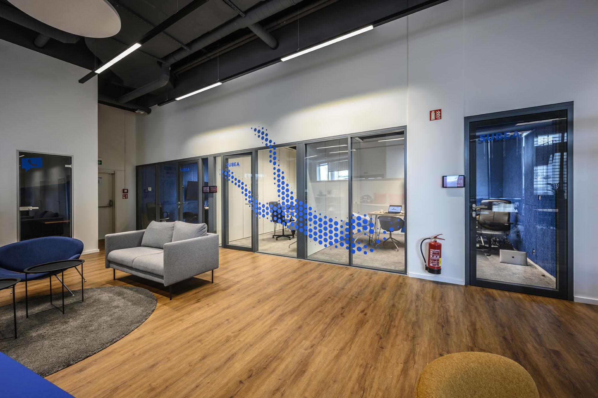 Glasdekor mit Sportthematik für flexible, moderne Büros