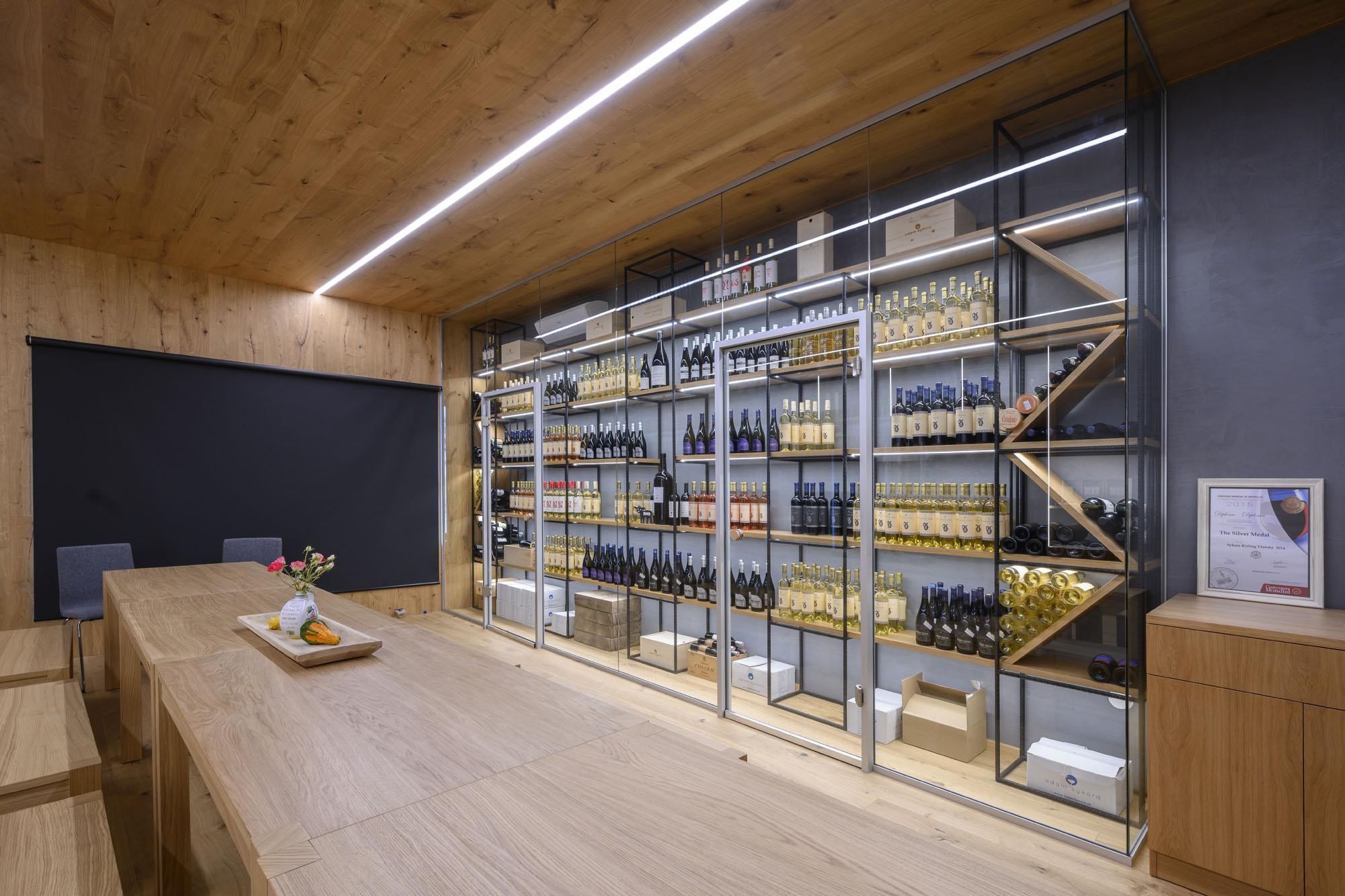 Die Glasswände MICRA I liieren sich mit gutem Wein